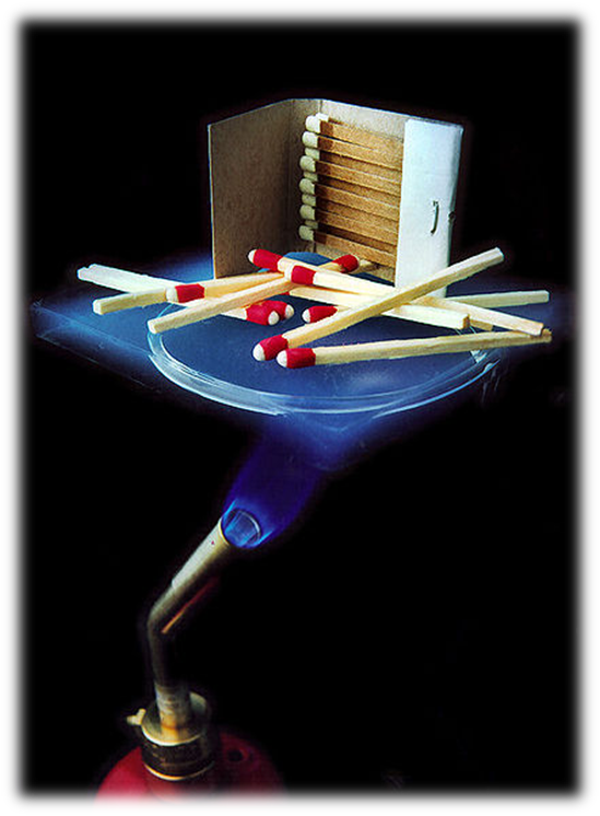 Lámina de Aerogel de 6 mm protegiendo del sopleta a unas cerillas.