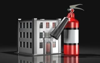 3771883-3d-ilustracion-de-un-gran-extintor-rojo-sentado-junto-a-una-simple-historia-de-tres-blanco-edificio-