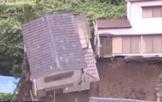 derrumbe televisado de una casa en Japón