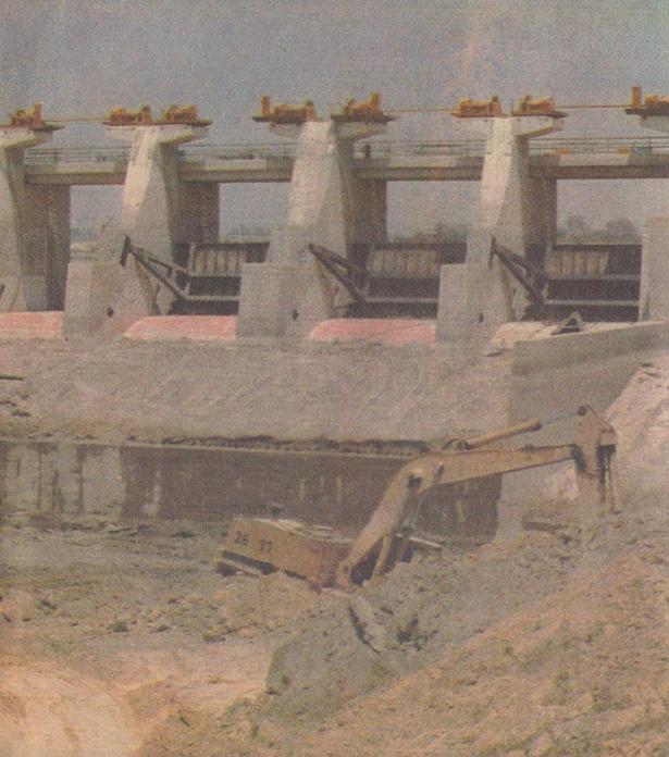 La represa de los Egidos cuando se hallaba en construcción, fue dañada por los aludes y las lluvias de 1985. Oportunamente reconstruida en 1984, es la llave de la prosperidad agrícola del valle de Piura.